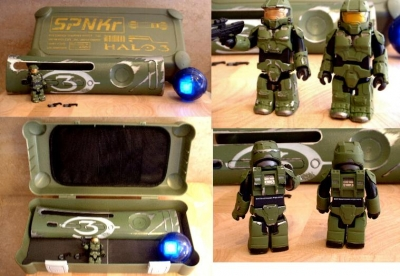 Package included a SPNKR Ammo box that held a custom green Halo 3 plate, a battle-damaged green Spartan Kubrick, and a